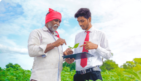 indian-farmer-with-agronomist-cotton-field-showing-some-information-tab 1